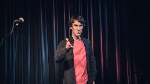 Michael Feindler auf der Bühne des Zebrano-Theaters